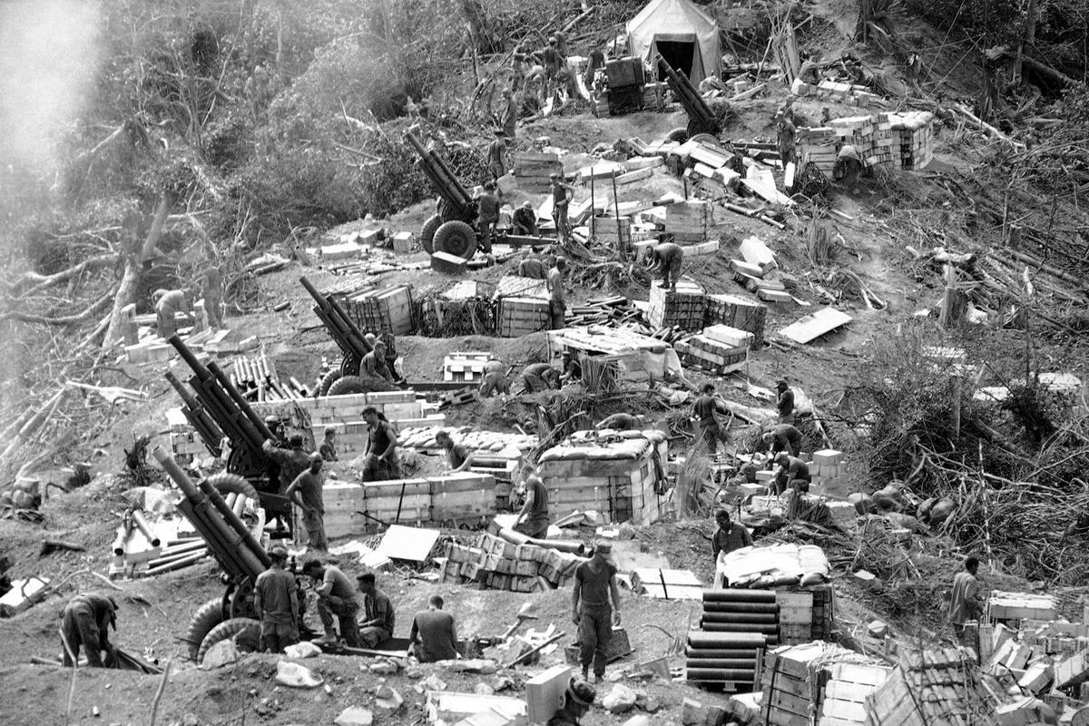 Американские морские пехотинцы готовят свои 105-мм гаубицы к открытию огня в джунглях к западу от города Хюэ