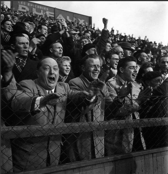 1949. Толпа на трибуне