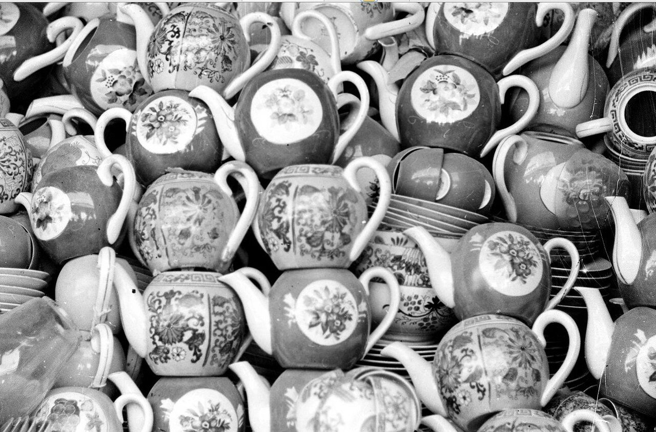 Советские чайники в посудной лавке на Кабульском рынке.1950-е