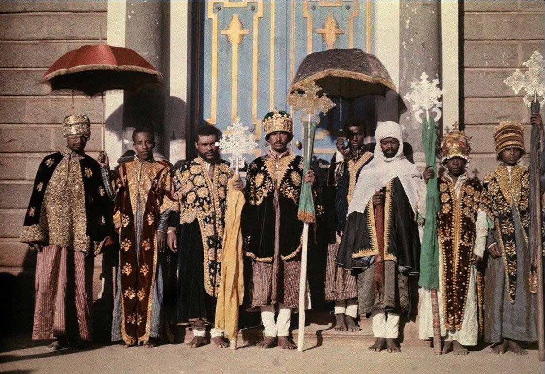 1931. Абиссиния. Священнослужители в торжественном одеянии за пределами собора в Аддис-Абебе