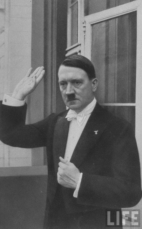 Гитлер прощается с присутствующими покидая новогодний банкет. Берлин, 1936 г.