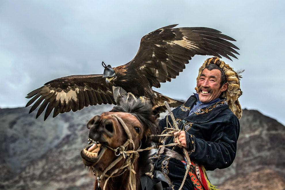 8. Небольшое племя монгольских этнических казахов в роскошных традиционных одеяниях — одно из после