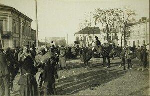 Русские солдаты и местные жители на одной из площадей г.Кельце.