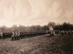 Первый батальон полка проходит церемониальным маршем во время парада.