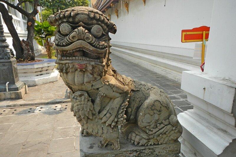 Весёлый дракончик с драконёнком у входа в храм Ват Сутхат (Wat Suthat Thep Wararam) в Бангкоке