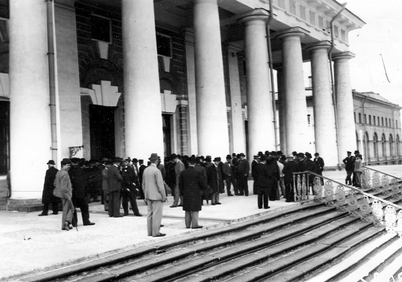 Март 1906. Группы избирателей на лестнице Фондовой биржи, где происходят выборы выборщиков в Первую Государственную думу.