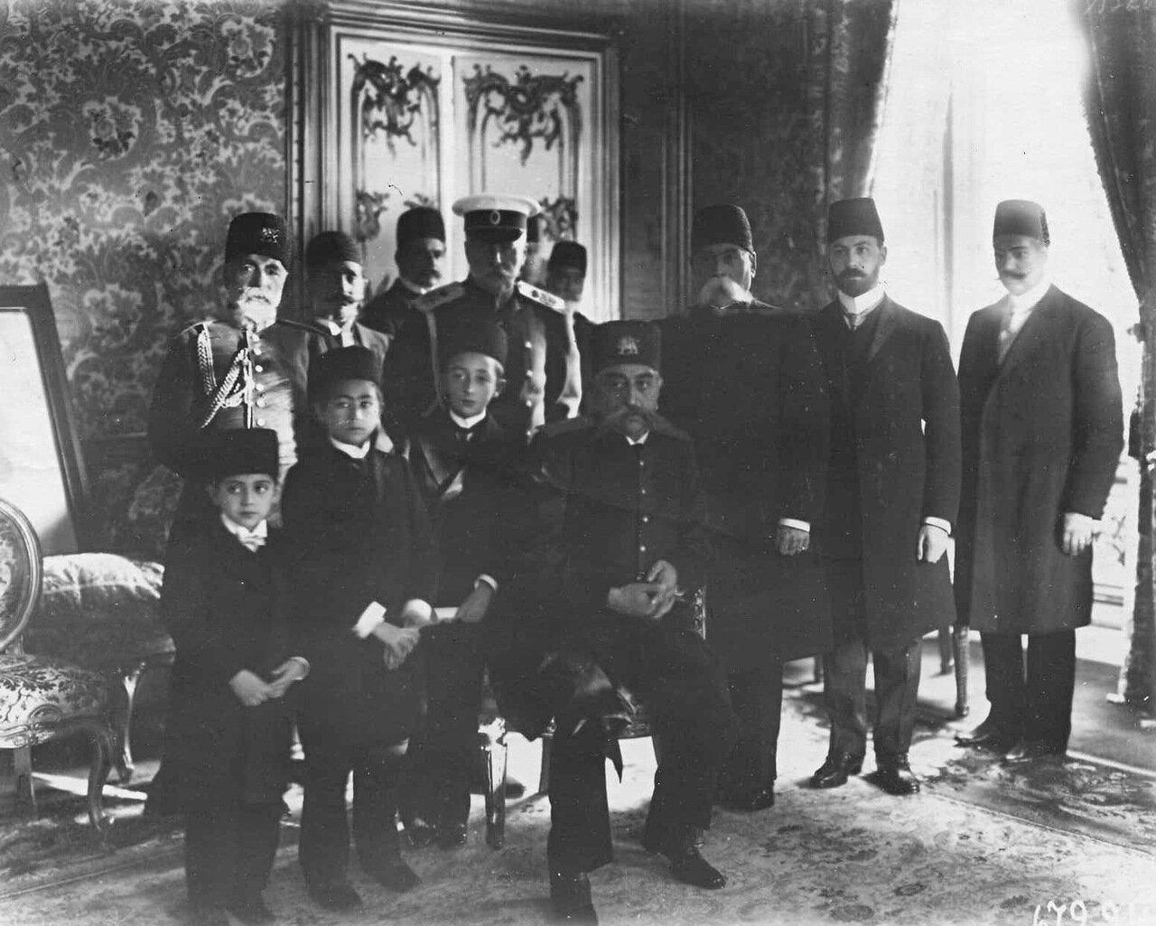 22.Персидский шах Мозафар-эд-дин с наследниками и сотрудниками миссии в помещении миссии