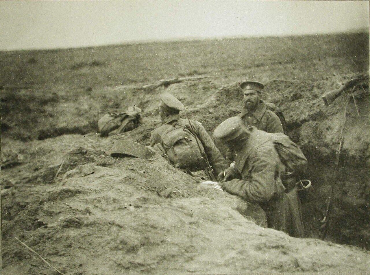 55. Русские солдаты пишут письма домой прямо в траншеях