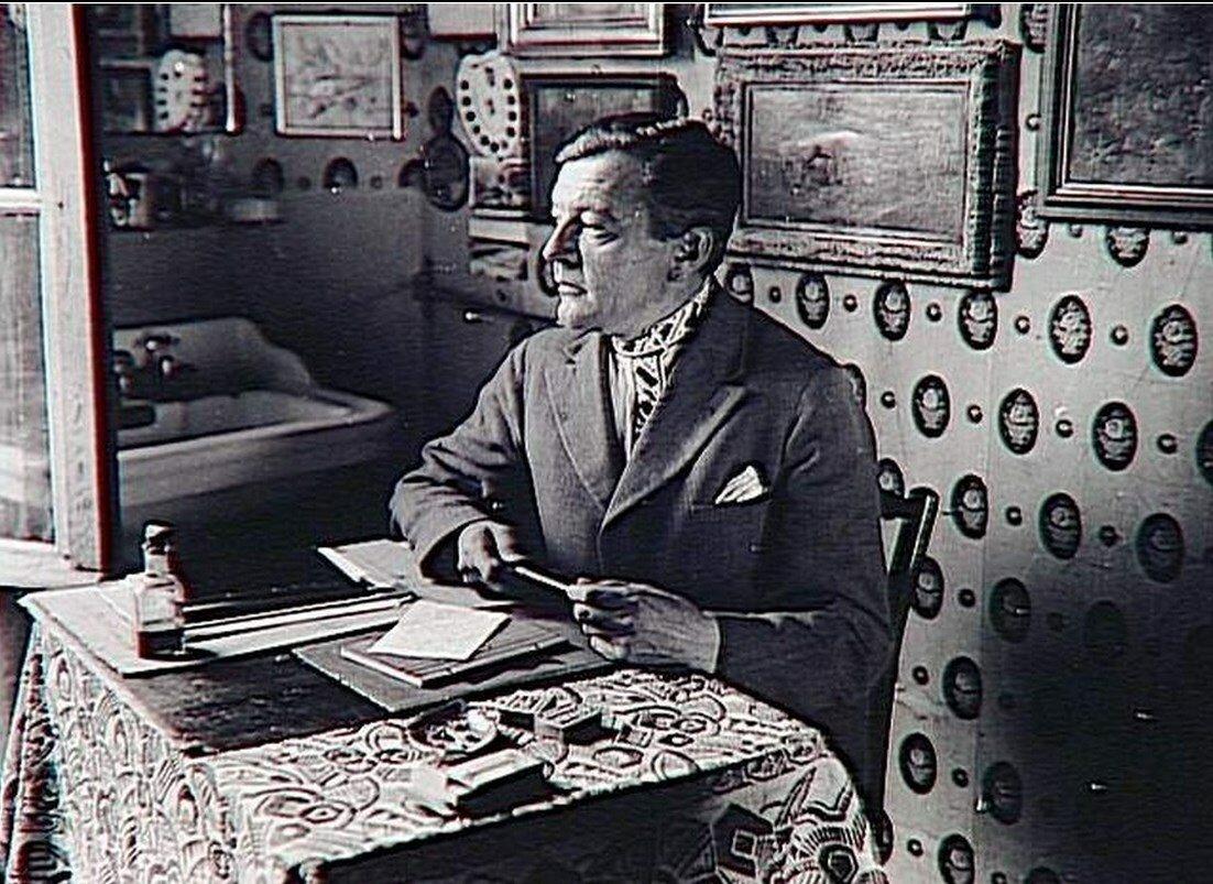 1930. Художник Ханс Райхель за столом в своей комнате в Париже