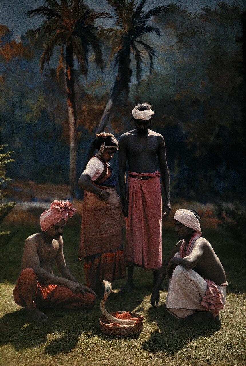 1923. Индия. Группа людей смотрит выступление заклинателя змей