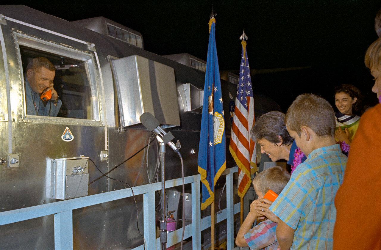 Мобильный карантинный фургон с астронавтами был выгружены с борта авианосца «Хорнет» в Пёрл-Харборе. На снимке: Вскоре после прибытия на базу Эллингтон Нил Армстронг в карантинном фургоне говорит по системе двусторонней связи с младшим сыном Марком