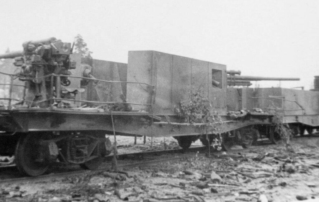 Брошенная бронеплатформа с 76-мм зенитными пушками.