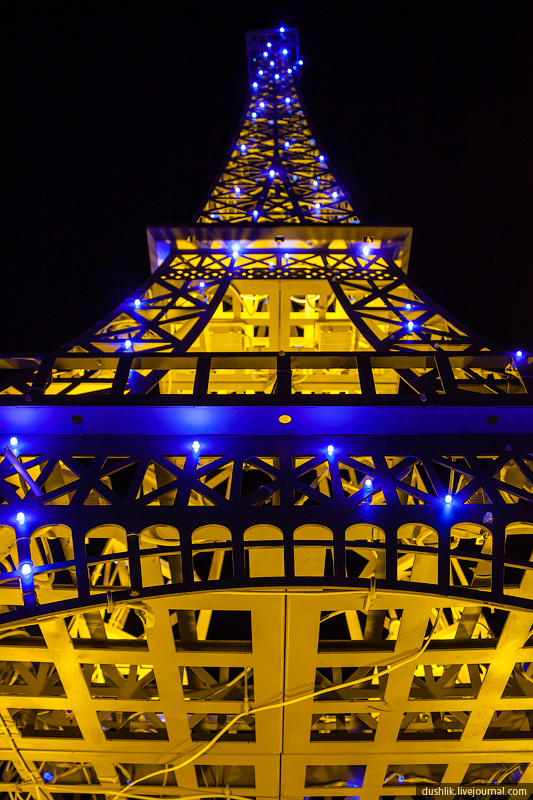Так выглядит конструкция Эйфелевой башни снизу (26.11.2014)