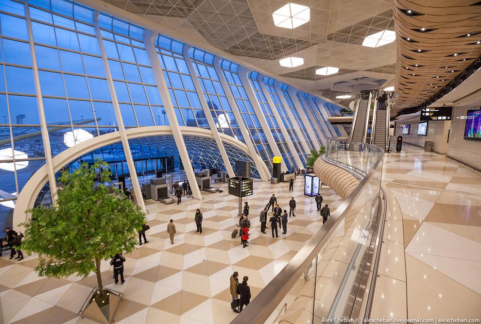 7. Первый этаж обслуживает отбывающих пассажиров и получение багажа прибывших. Второй этаж комплекс