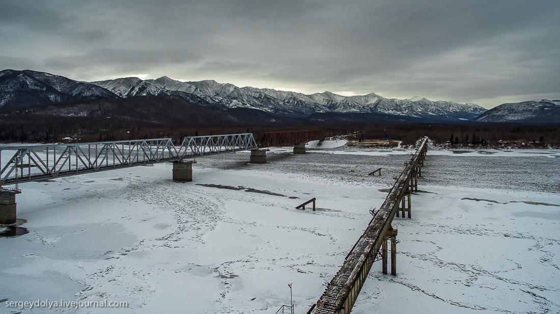 Пока переправлялись, на соседнем мосту пронесся поезд: