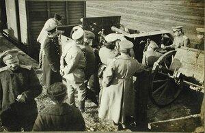Русские офицеры осматривают орудия,оставленные австрийцами при отступлении.