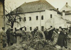 Русские офицеры осматривают орудия,оставленные австрийцами при отступлении из Лемберга.