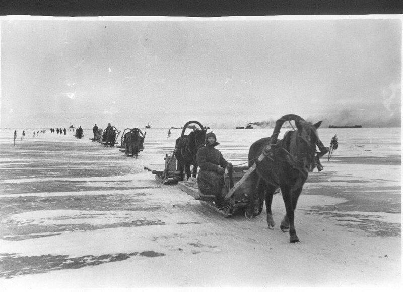 Порожний обоз направляется за продуктами для блокадного Ленинграда по льду Ладожского озера