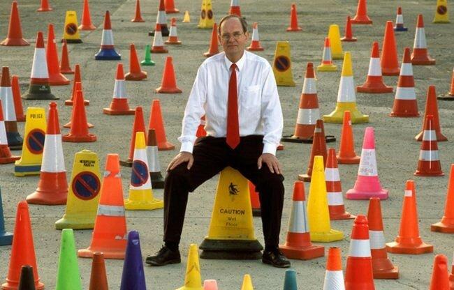 Если вам когда-нибудь понадобится перекрыть улицу, Дэвид Морган (David Morgan) из Великобритании обладает самой обширной коллекцией различных дорожных конусов в мире. Их у него 137. Несмотря на то, что такое количество кажется малым, это на самом деле две трети всех типов конусов когда-либо изобретённых в мире.