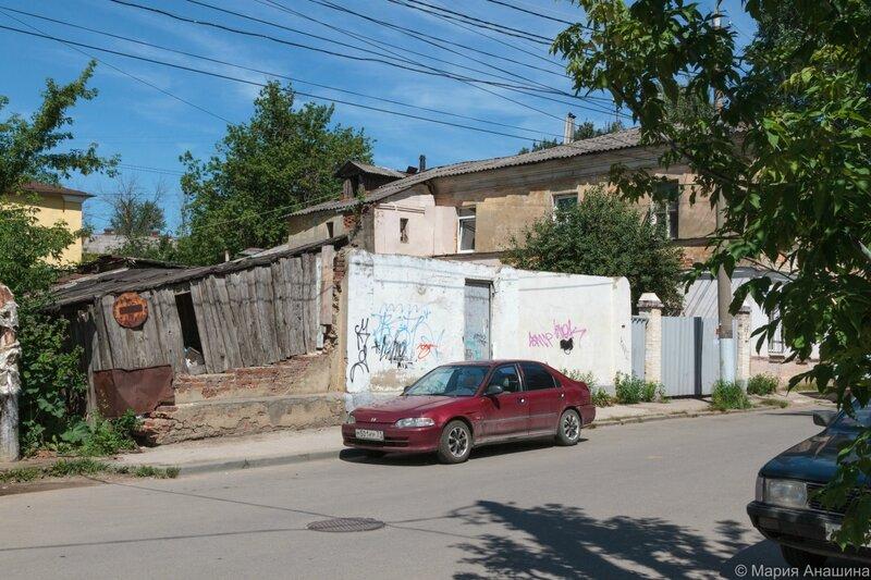 Разрушающиеся постройки в Денисовском переулке