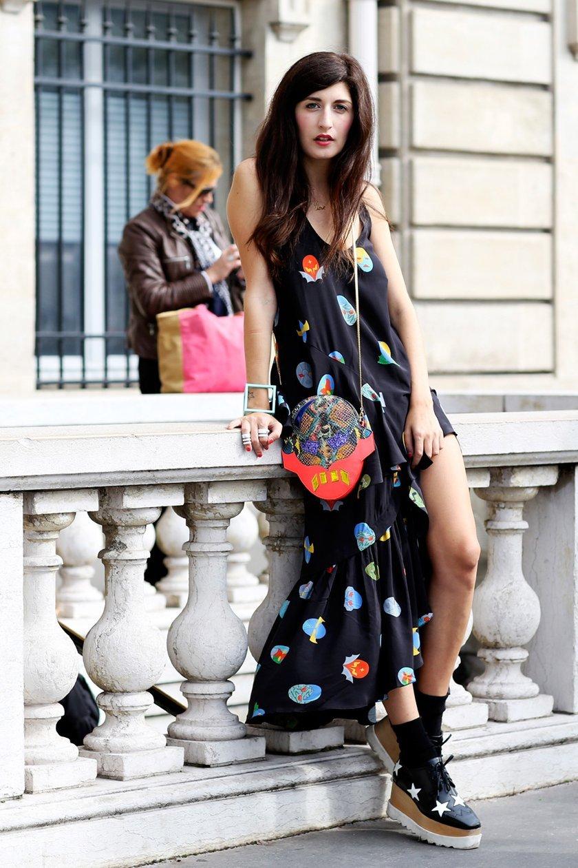длинное платье с принтом, уличная мода Парижа 2015