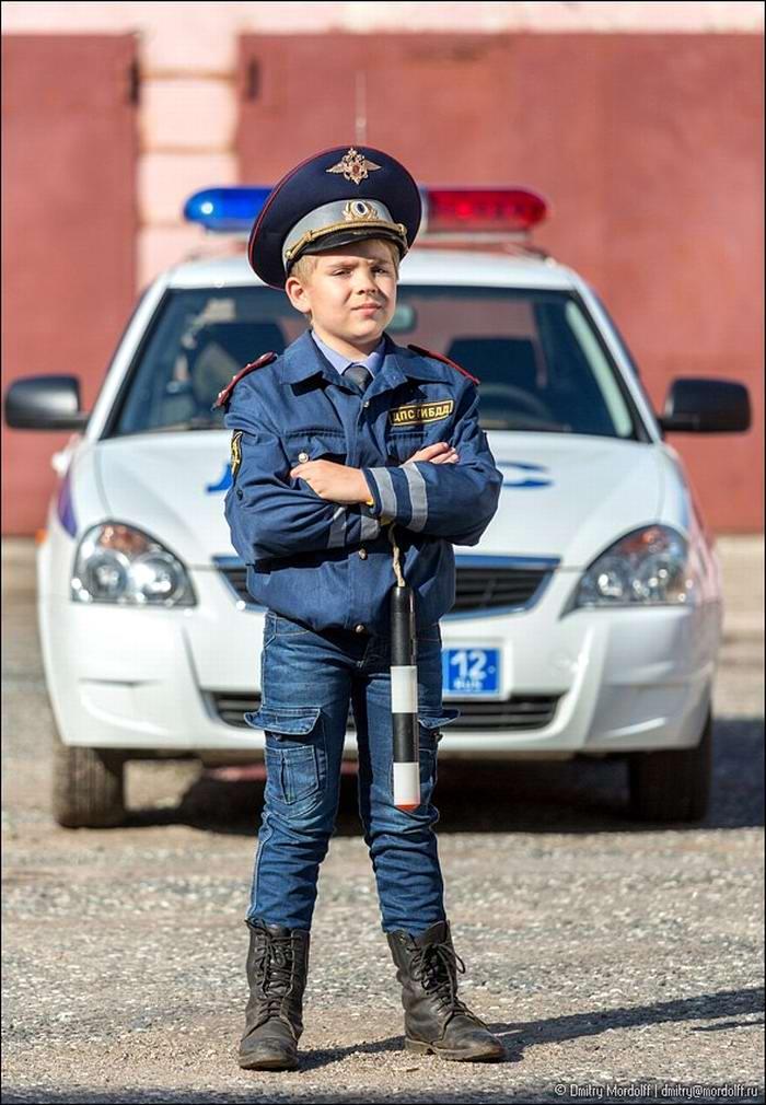 Дети на снимках из серии Люди мужественных профессий: полицейские и космонавты (2)