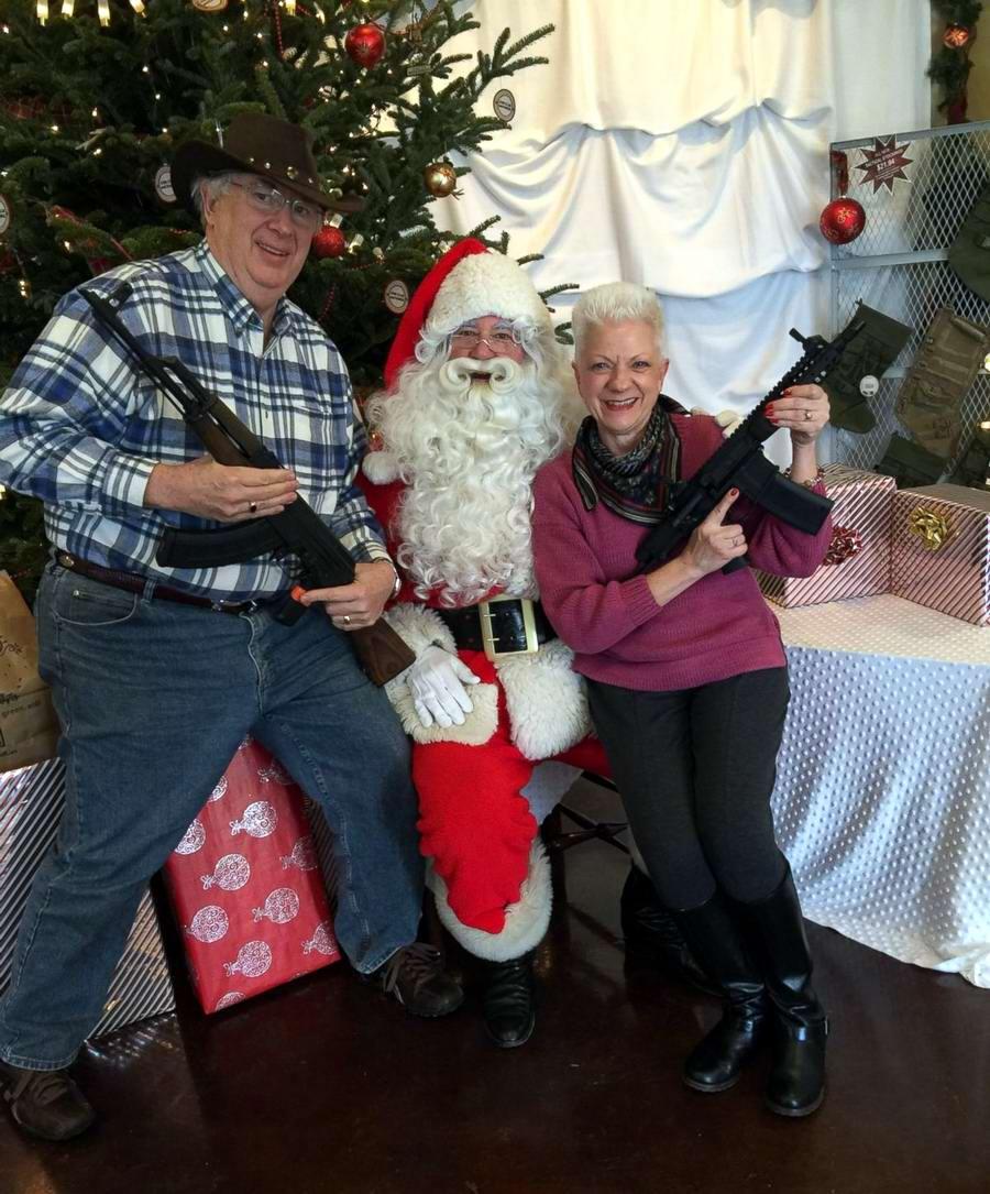 С автоматами в компании Санта-Клауса: Добропорядочные американцы готовятся к встрече Рождества (3)