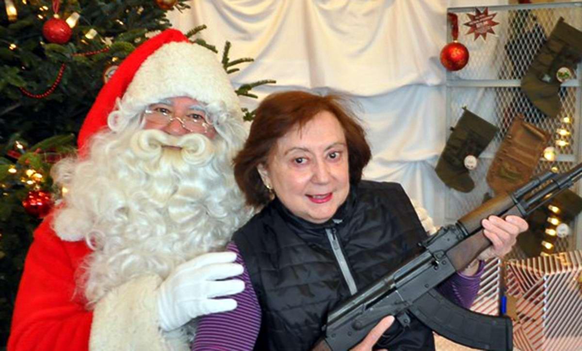 С автоматами в компании Санта-Клауса: Добропорядочные американцы готовятся к встрече Рождества (10)