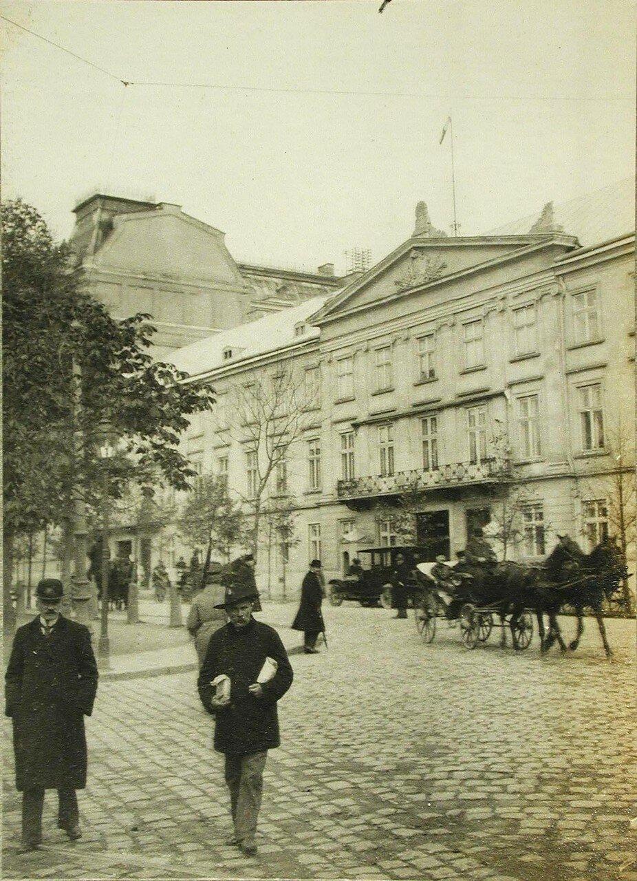 52.Вид части здания, где разместилась губернаторская резиденция. Лемберг