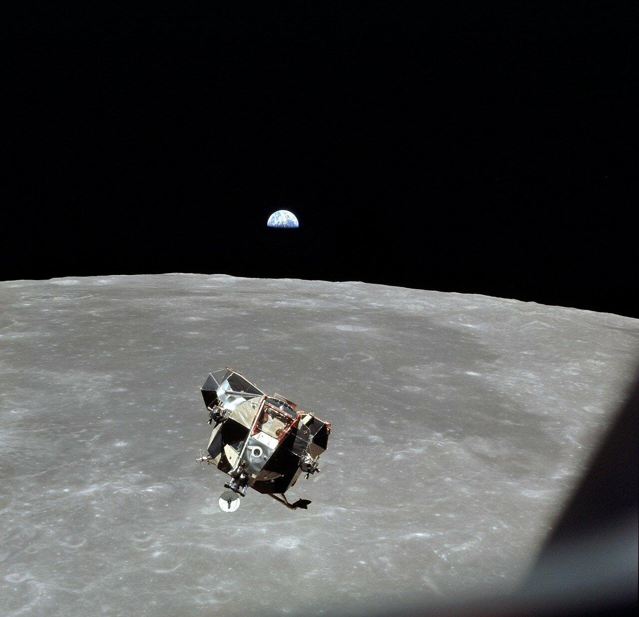 Через три с половиной часа после взлёта «Орёл» и «Колумбия» сблизились до расстояния 30 м и зависли неподвижно относительно друг друга.На снимке: «Орёл» перед стыковкой, снятый Майклом Коллинзом из «Колумбии», на фоне восходящей Земли