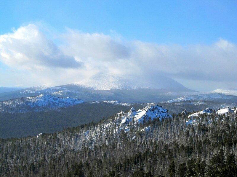 Вид на гору Косьва с отрогов Серебрянского камня (Свердловская область)