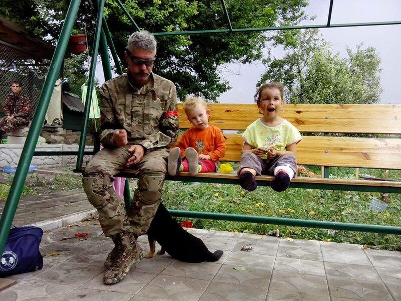 айдаровец катается на качели с детьми