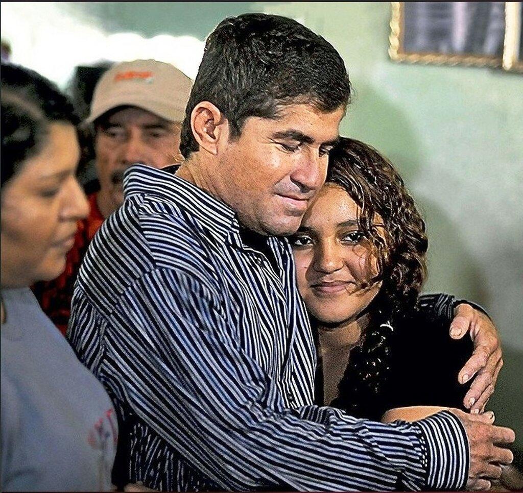 В Гарита-Пальмере Хосе впервые увидел 14-летнюю дочь Фатиму. Фото AFP EAST NEWS.jpg