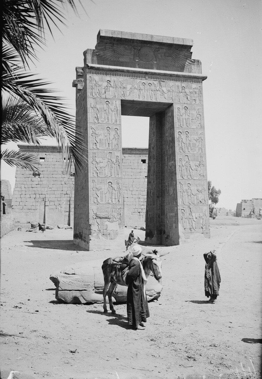 Карнак. Портал Птолемея III Эвергета I. 1900