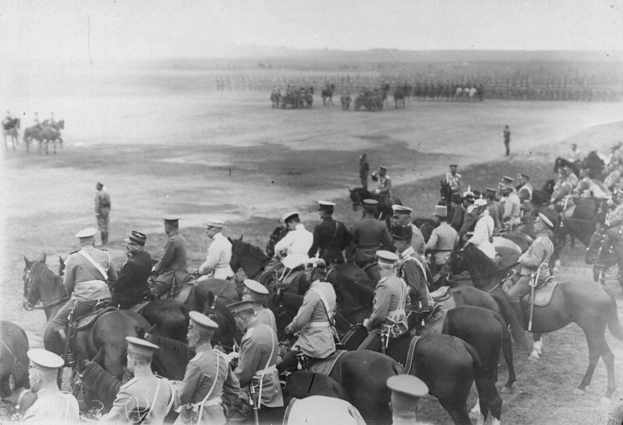23. Император Николай II, офицеры русской армии и представители германской, французской и других иностранных военных миссий на параде войск. 30 июля 1912