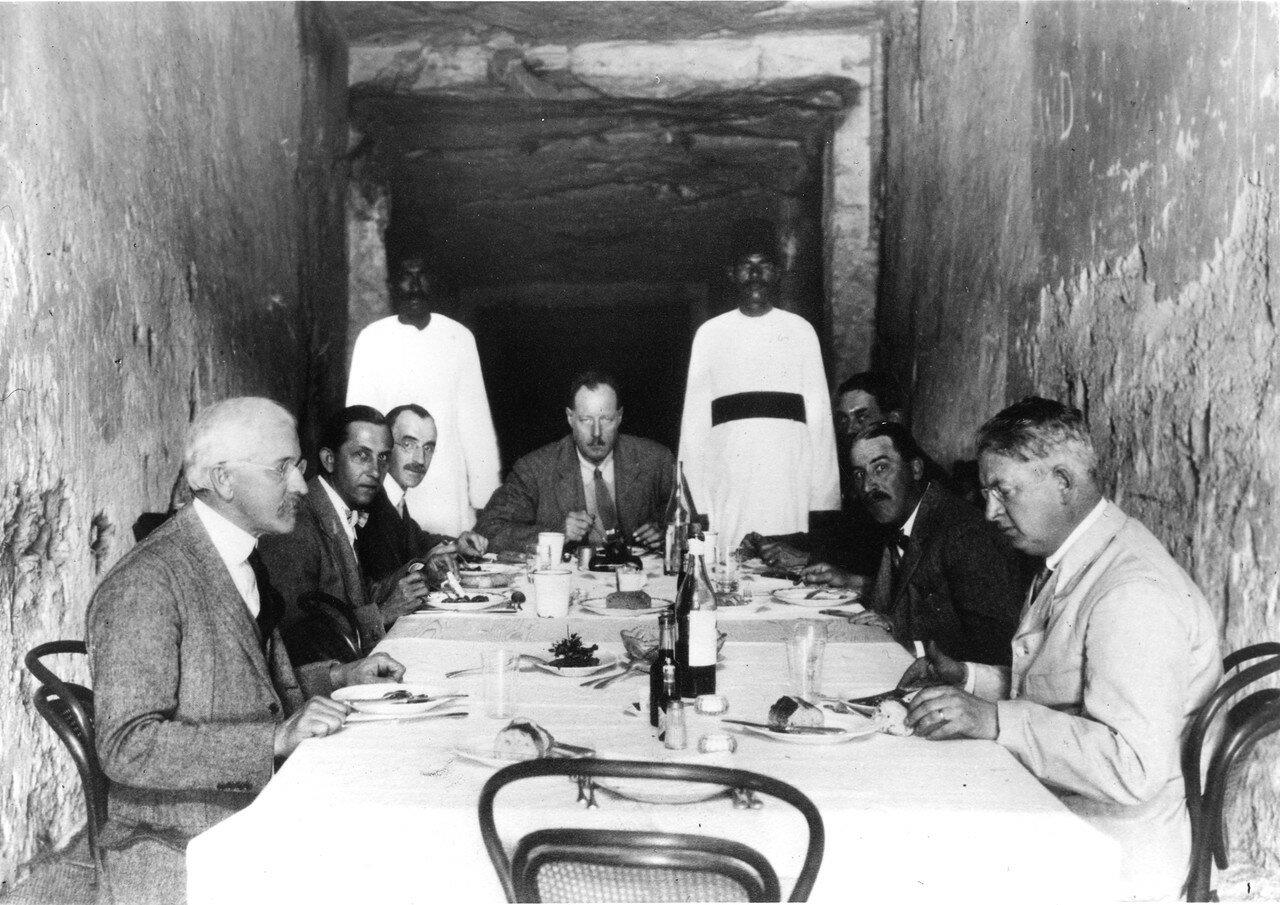Обед в помещении гробницы Рамзеса XI. Картер с профессорами из Оксфорда