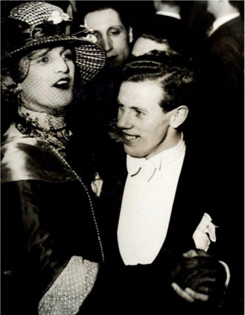 1932. В дансинге для гомосексуалистов «Мэджик Сити». Танцующие парочки гомосексуалистов