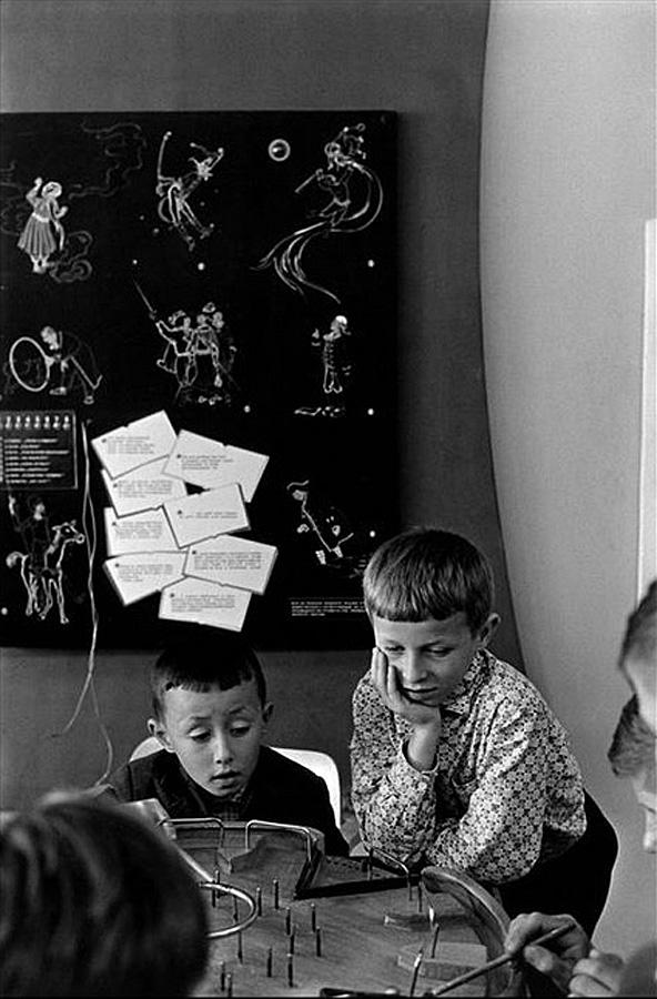 """Москва.Во Дворце пионеров дети играют в игру""""Лабиринт"""" 1965, Манос Константин"""