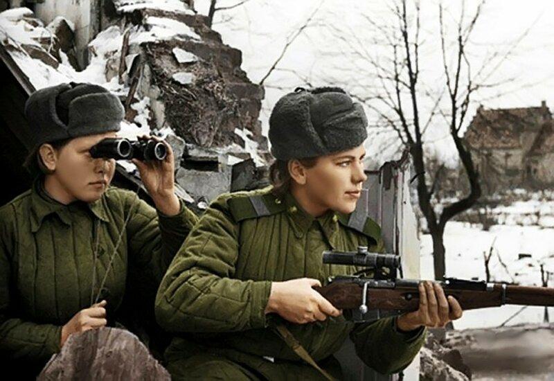 Девушки-снайперы - старший сержант Р. Г. Шанина и старший сержант З. М. Шмелёва сидят в засаде. 3-й Белорусский фронт. Фото 20 января 1945.jpg