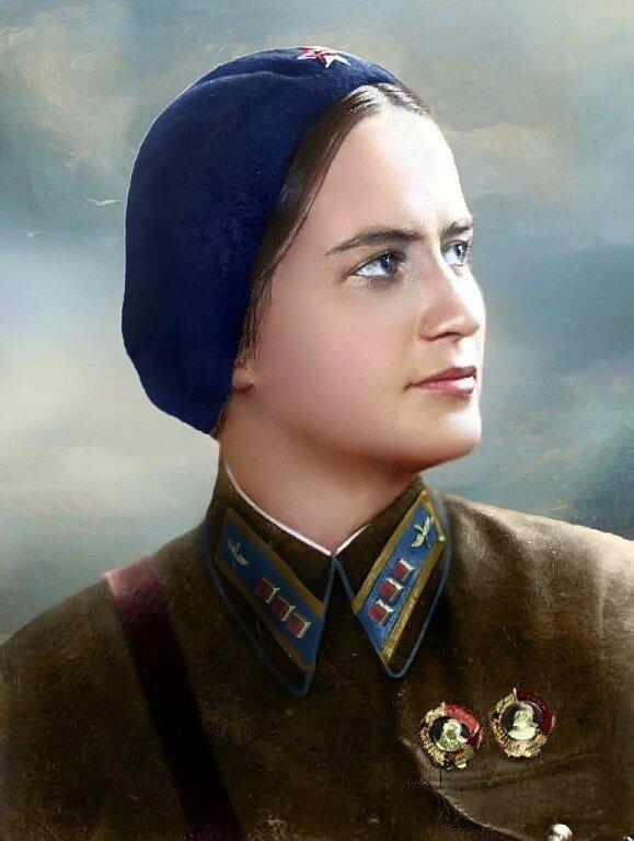 Командир 587-го бомбардировочного авиаполка Раскова Марина Михайловна, Герой Советского Союза. По её инициативе были созданы три женских авиационных полка.jpg