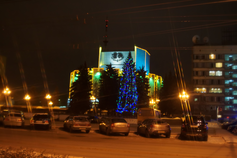 Новогодняя елка около драмтеатра в Челябинске
