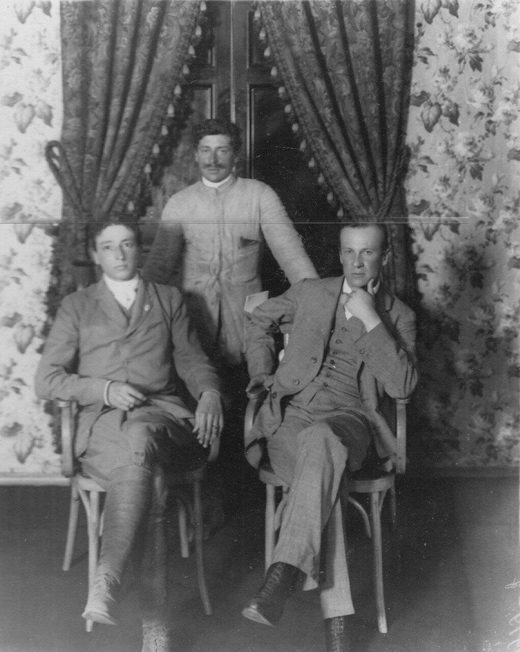 09. Группа участников пробега (слева направо) корреспондент Барцини, водитель Гицарди и князь Боргезе