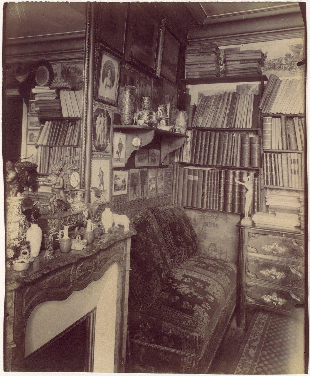 1910. Интерьер комнаты в доме по улице Вожирар
