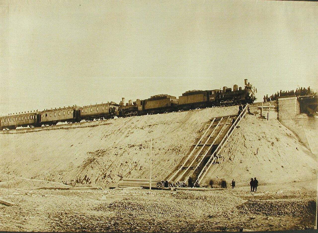 27. Железнодорожный состав на путях во время испытания моста; справа-группа членов приёмно- испытательной комиссии
