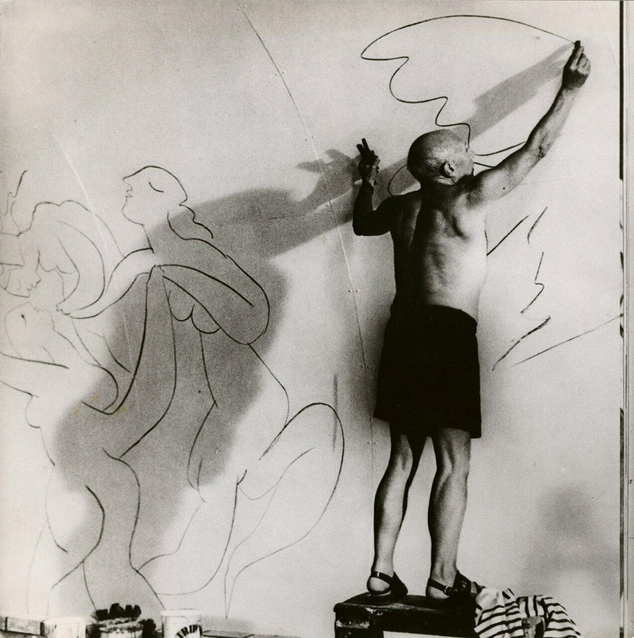 1960. Пикассо рисует