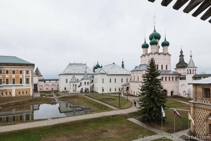 Вид на Ростовский кремль с крытого перехода северной крепостной стены.
