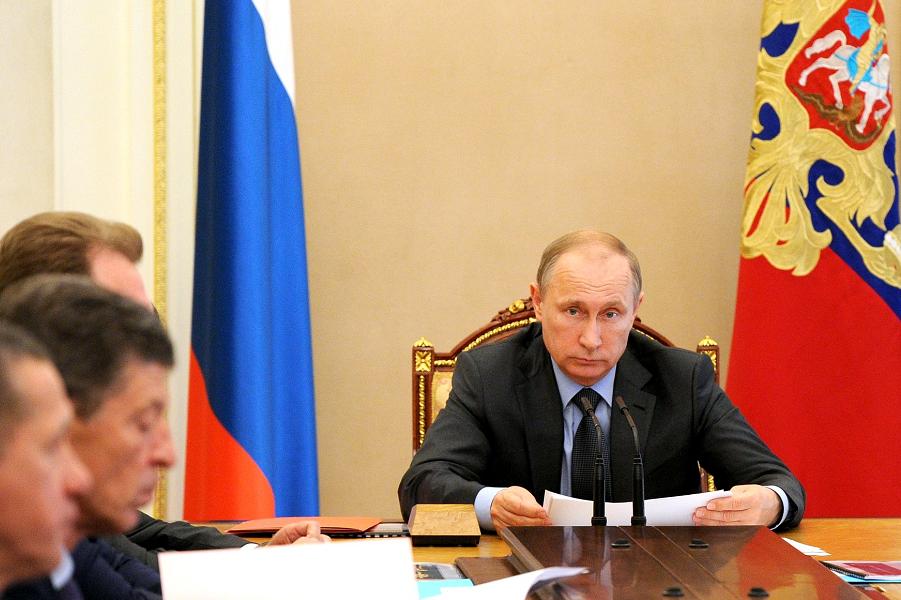 Путин на совещании с членами правительства.png