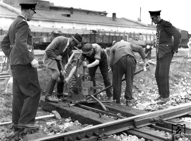 Ремонт механизма ручного перевода стрелок, киевский вокзал, 1942 г..jpg