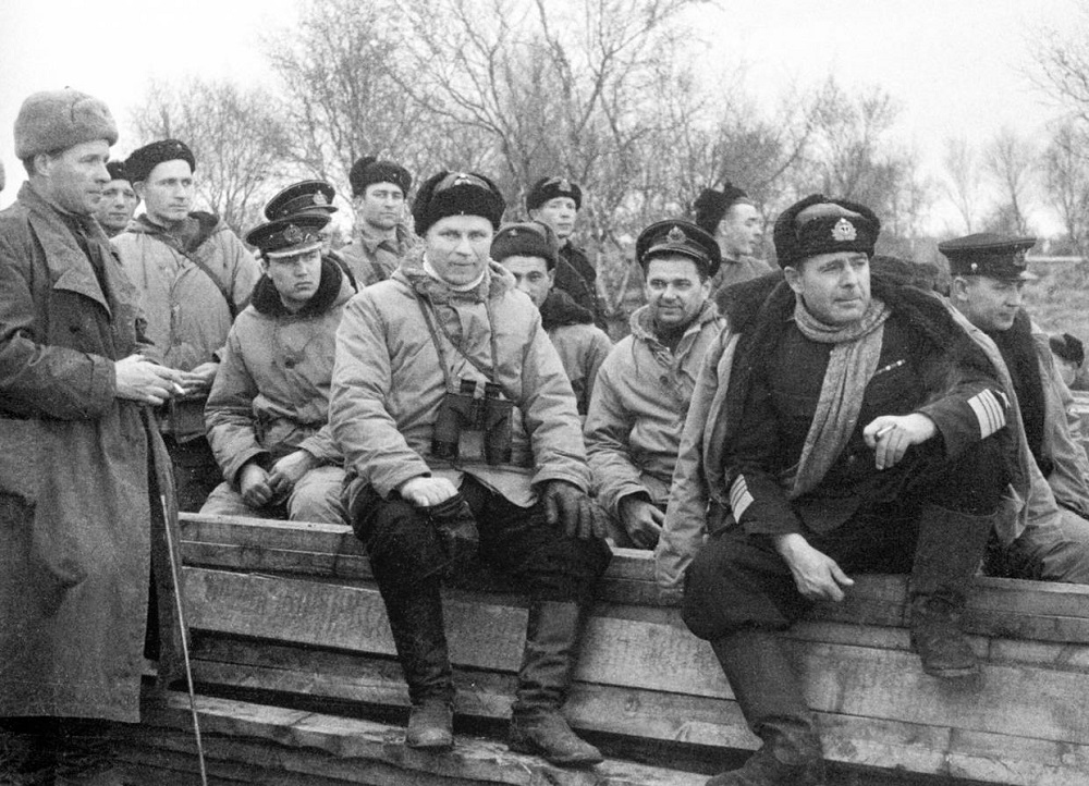 Адмирал А.Г. Головко в освобожденной Печенге.jpeg