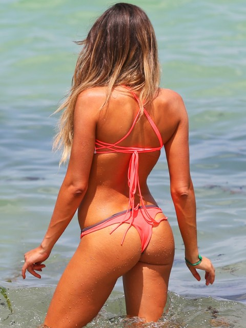 Сексуальная серфингистка Анастасия Эшли со своими подругами на пляже